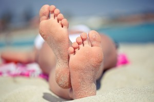 sunbathing-feet-sandy-feet-beach_123rf.com_1-300x200